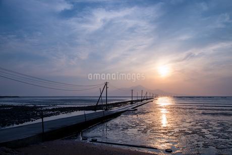 長部田海床路の夕日の写真素材 [FYI03451565]