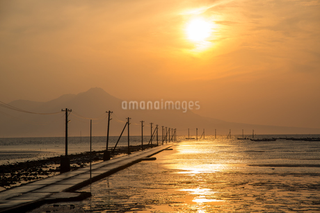 長部田海床路の夕日の写真素材 [FYI03451566]