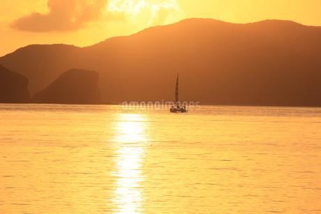 夕日の旅立ちの写真素材 [FYI03451801]