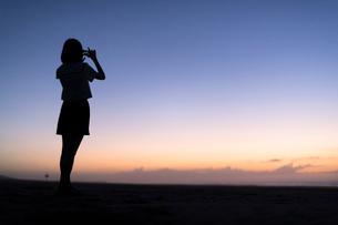 子高生 海 写真を撮る 輝きの写真素材 [FYI03451819]