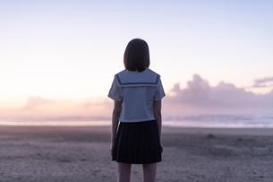 女子高生 海 後ろ姿の写真素材 [FYI03451823]