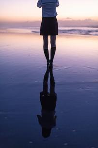 女子高生 海 後ろ姿の写真素材 [FYI03451827]