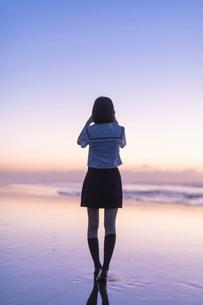 女子高生 海 後ろ姿の写真素材 [FYI03451828]