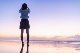 女子高生 海 後ろ姿 輝きの写真素材 [FYI03451829]