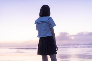 女子高生 海 後ろ姿の写真素材 [FYI03451833]