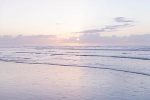 海 雲 朝焼け 光るの写真素材 [FYI03451842]