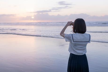 女子高生 海 写真を撮る 輝きの写真素材 [FYI03451843]