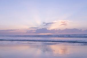 海 雲 朝焼け 輝く 光の写真素材 [FYI03451849]