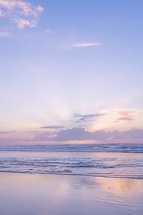 海 雲 朝焼け 輝く 光の写真素材 [FYI03451850]