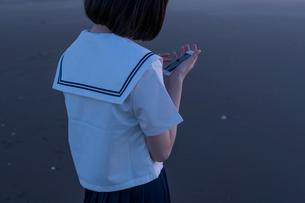 女子高生 海 後ろ姿の写真素材 [FYI03451853]
