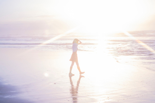 女子高生 海 後ろ姿 輝きの写真素材 [FYI03451866]