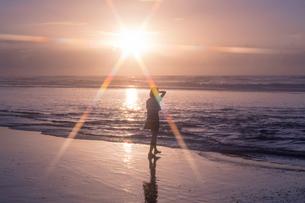 女子高生 海 後ろ姿 輝きの写真素材 [FYI03451867]
