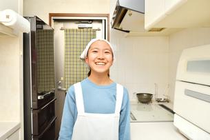 キッチンで笑う女の子の写真素材 [FYI03451966]