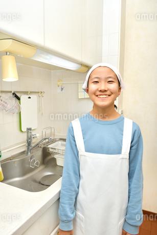 キッチンで笑う女の子の写真素材 [FYI03451968]