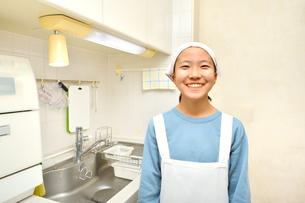 キッチンで笑う女の子の写真素材 [FYI03451969]