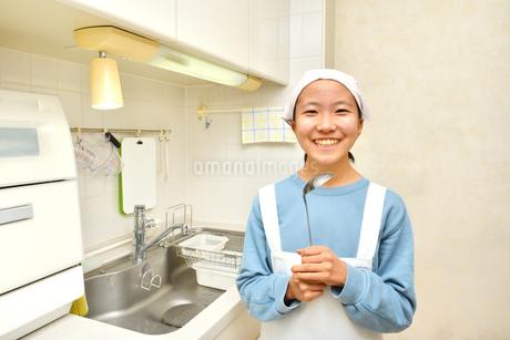 キッチンで笑う女の子の写真素材 [FYI03452010]