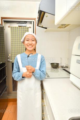 キッチンで笑う女の子の写真素材 [FYI03452012]