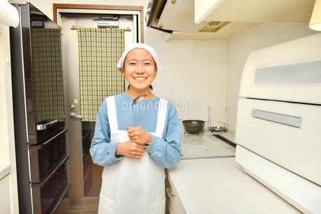 キッチンで笑う女の子の写真素材 [FYI03452013]
