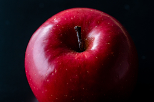 Close up view of red appleの写真素材 [FYI03452302]