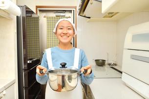 キッチンで笑う女の子の写真素材 [FYI03452308]