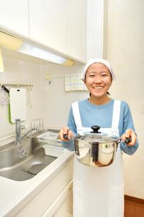 キッチンで笑う女の子の写真素材 [FYI03452310]