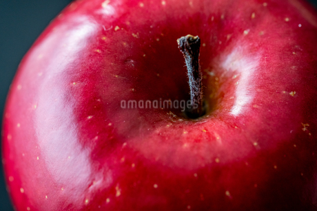Close up view of red appleの写真素材 [FYI03452312]