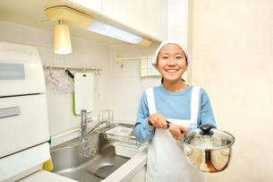 キッチンで笑う女の子の写真素材 [FYI03452396]