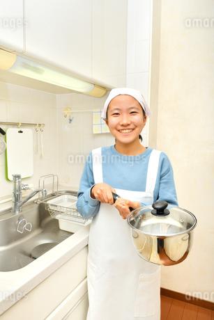 キッチンで笑う女の子の写真素材 [FYI03452397]
