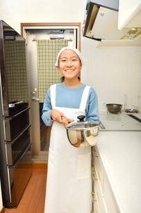 キッチンで笑う女の子の写真素材 [FYI03452398]
