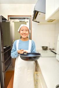 キッチンで笑う女の子の写真素材 [FYI03452401]