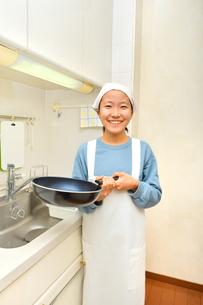 キッチンで笑う女の子の写真素材 [FYI03452402]