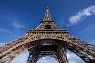 フランス、パリ、夕方のエッフェル塔の写真素材 [FYI03452519]