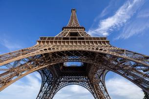 フランス、パリ、夕方のエッフェル塔の写真素材 [FYI03452520]
