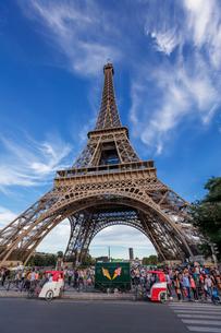 フランス、パリ、夕方のエッフェル塔の写真素材 [FYI03452527]