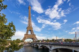 フランス、パリ、夕方のエッフェル塔の写真素材 [FYI03452537]