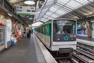 フランス、パリの地下鉄。メトロ。の写真素材 [FYI03452551]