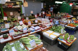 香港・旺角(モンコック/Mong Kok)の市場で売られる野菜や果物。多くは中国産や香港・新界産だが、日本、タイ、米国など、世界中から輸入される。 の写真素材 [FYI03452734]