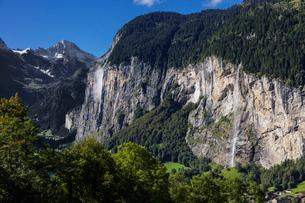 スイス、ラウターブルネンタールの風景の写真素材 [FYI03452759]