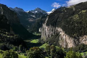 スイス、ラウターブルネンタールの風景の写真素材 [FYI03452760]