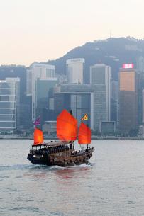 香港のビクトリア湾を航行するジャンク型観光船「アクアルナ」の写真素材 [FYI03452763]