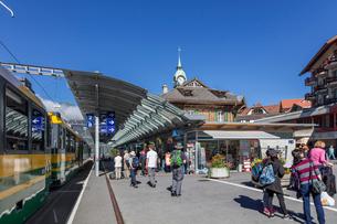 スイス、オーバーラント、ヴェンゲン駅の風景の写真素材 [FYI03452765]