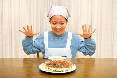 餃子を食べる女の子の写真素材 [FYI03452839]