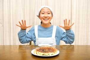餃子を食べる女の子の写真素材 [FYI03452840]