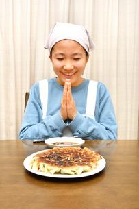 餃子を食べる女の子(合掌)の写真素材 [FYI03452841]