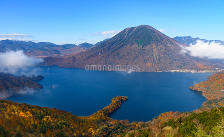 半月峠から望む中禅寺湖と男体山(栃木県日光市)の写真素材 [FYI03452865]
