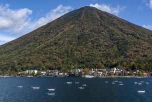 中禅寺湖から望む男体山(栃木県日光市)の写真素材 [FYI03452868]
