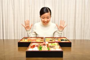 おせち料理を食べる女の子(正月)の写真素材 [FYI03452895]