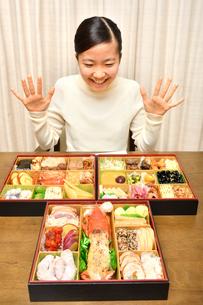 おせち料理を食べる女の子(正月)の写真素材 [FYI03452898]