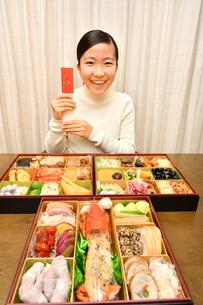 おせち料理を食べる女の子(正月)の写真素材 [FYI03452899]