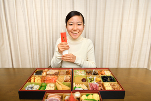 おせち料理を食べる女の子(正月)の写真素材 [FYI03452900]